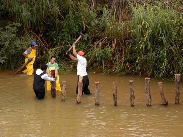 Técnica usa troncos de eucalipto para reduzir a velocidade do rio (Foto: Reprodução/ TV Gazeta)