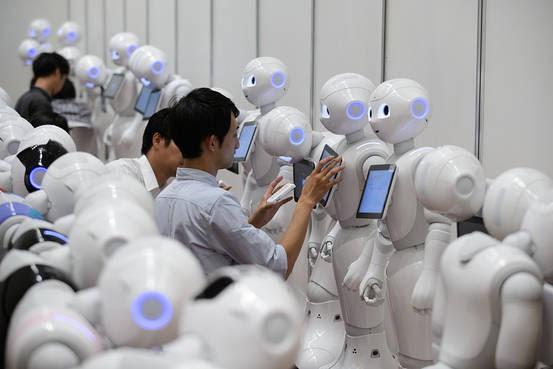 Người lao động các quốc gia không chỉ cạnh tranh với nhau, họ còn phải cạnh tranh với robot - Ảnh 1.