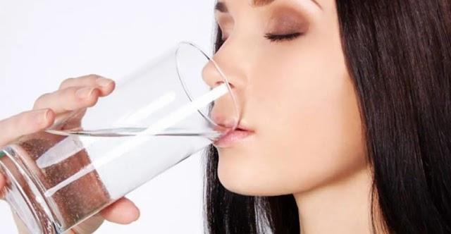11 فائدة رائعة لشرب المياه على معدة خاوية صباحاً