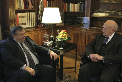 El ministro de Finanzas, Evangelos Venizelos, reunido con el Presidente griego, Karolos Papoulias.