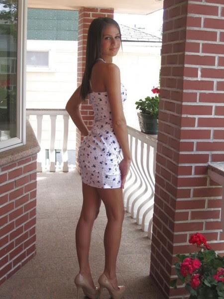 Полюбуйтесь на стройных девушек в коротеньких платьях