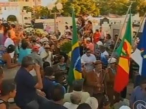 Cerimônia de sepultamento do radialista Carlos Augusto (Foto: Reprodução/TV Grande Rio)