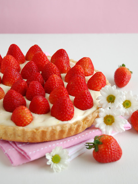Fresh strawberry tart with lemon cream / Torta de morangos com creme de limão siciliano