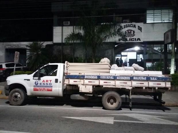 Foram encontradas mais de 700 placas de gesso, além de objetos furtados da secretaria de educação da cidade (Foto: Divulgação/Polícia Civil )