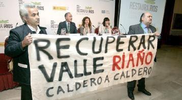 Protestas por el valle de Riaño durante la inauguración en León del I Congreso Ibérico de Restauración de Ríos. (Foto: Campillo)
