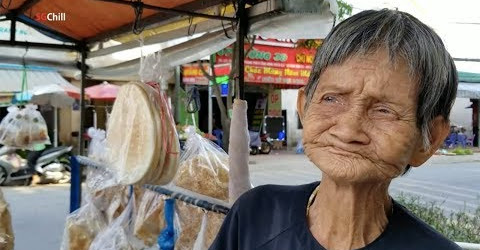Bà Ngoại 82 tuổi đẩy xe 50km bán bánh mưu sinh, số khổ khóc cạn nước mắt