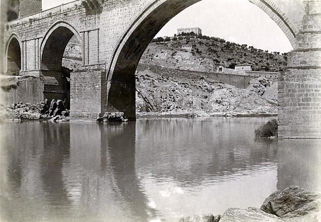 Puente de San Martín y al fondo el Cigarral de Montealegre en junio de 1905. Fotógrafo anónimo. Colección Luis Alba. Ayuntamiento de Toledo