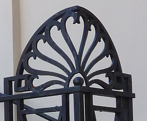 P1000545-2010-02-03-Shutze-Academy-Of-Medicine-North-Iron-Rail-Corner-Detail