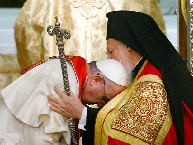 Papa Francisco com o patriarca ecumênico Bartolomeu I  (Foto: Reuters)