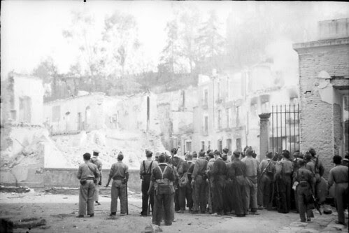 Milicianos observan la voladura del Alcázar de Toledo. Fondo del Estudio Fotográfico Alfonso. Archivo General de la Administración. Ministerio de Cultura