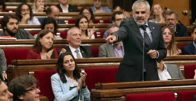El portavoz de Ciudadanos, Carlos Carrizosa, junto a la presidenta del grupo, Inés Arrimadas, se dirige al presidente de la Generalitat, Carles Puigdemont. - EFE