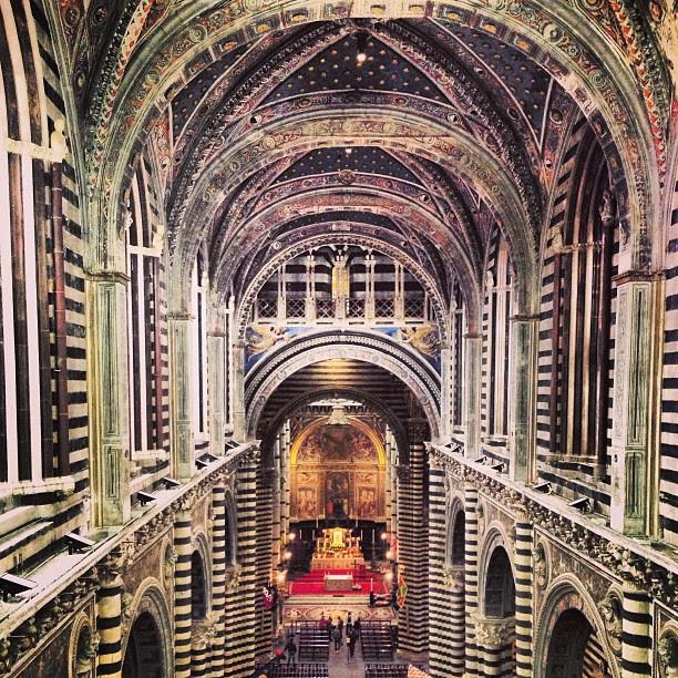 """La de cima, onde fomos no tour chamado """"La Porta del Cielo"""", é esta a vista do interno da igreja."""