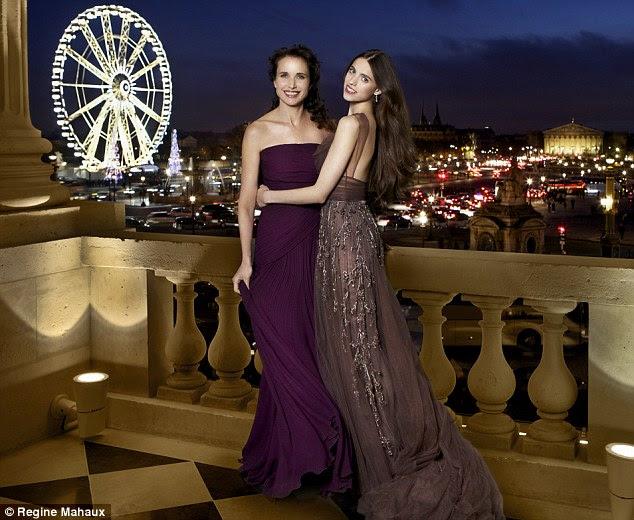 Andie e Margaret na varanda do salão Marie-Antoinette, ambos vestidos vestindo pela estilista Elie Saab