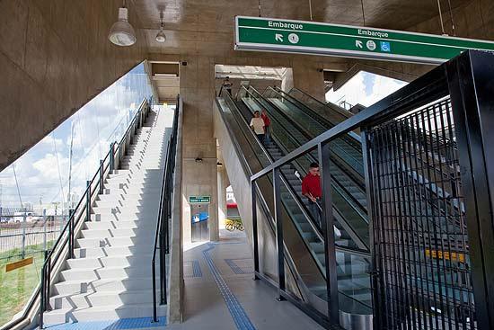 Sem elevador, metrô de São Paulo faz passageiro andar 2,4 km para acessar estação Tamanduateí