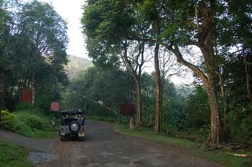 Mit einem Jeep wird der Schlagbaum zum Periyar Tigerreservat passiert
