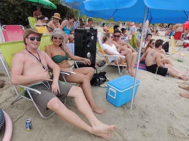 Casal de Caxias do Sul vai para a praia acompanhado de caixa de som  (Foto: Valéria Martins/G1)