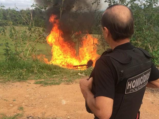 Polícia destrói acampamento utilizado por criminosos em São José (Foto: Divulgação/DIG)