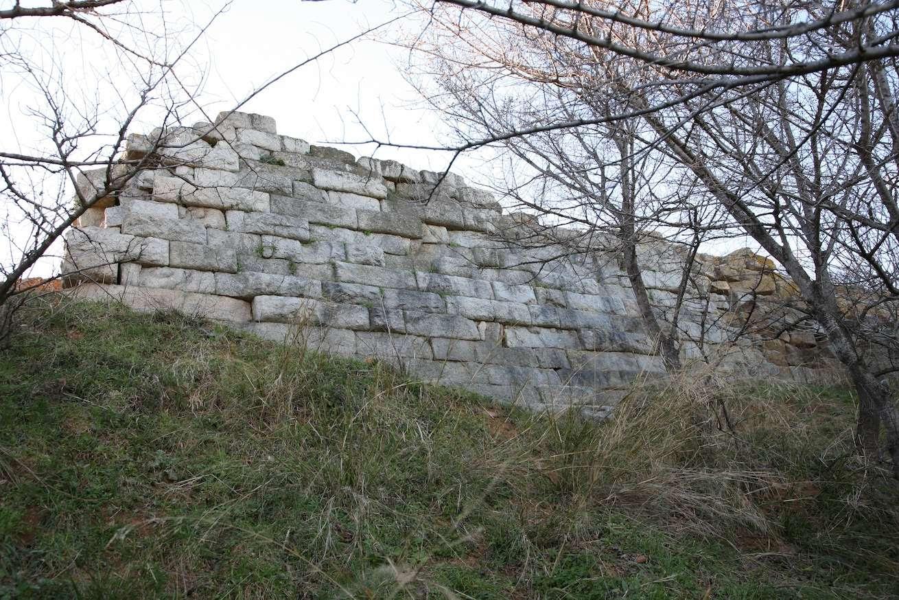 Τμήμα του τοίχους, [κλασικής περιόδου] της Ακρόπολης της Ακάνθου όπως σώζεται σήμερα. Φωτογραφία Χρ. Καραστέργιου.