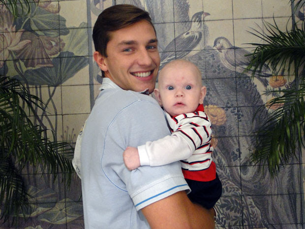 Klebber Toledo está todo derretido com o pequeno Cristiano nos bastidores da novela (Foto: Morde & Assopra / Tv Globo)