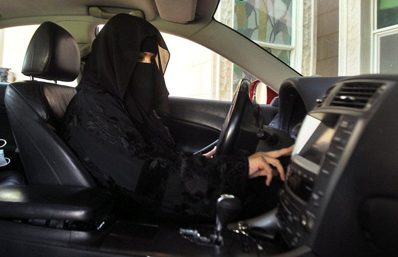 FILE PHOTO: A woman drives a car in Saudi Arabia October 22, 2013. REUTERS/Faisal Al Nasser/File Photo