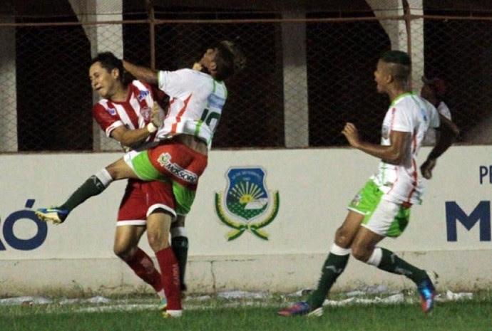 Vavá é agredido por Vaninho no início da briga - Potiguar x Baraúnas (Foto: Cezar Alves)