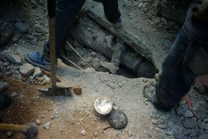 Miles de cuerpos continúan atrapados tras el terremoto. (Foto: Afp)