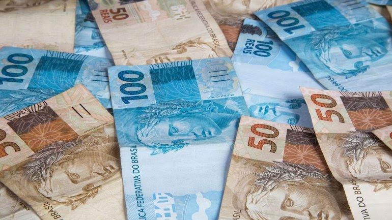 En la última sesión del mercado bursátil en 2015 la moneda brasileña retrocedió un 1,75%ante el dólar, divisa que terminó el año negociada a3,947reales para lacompray3,948reales para laventa.