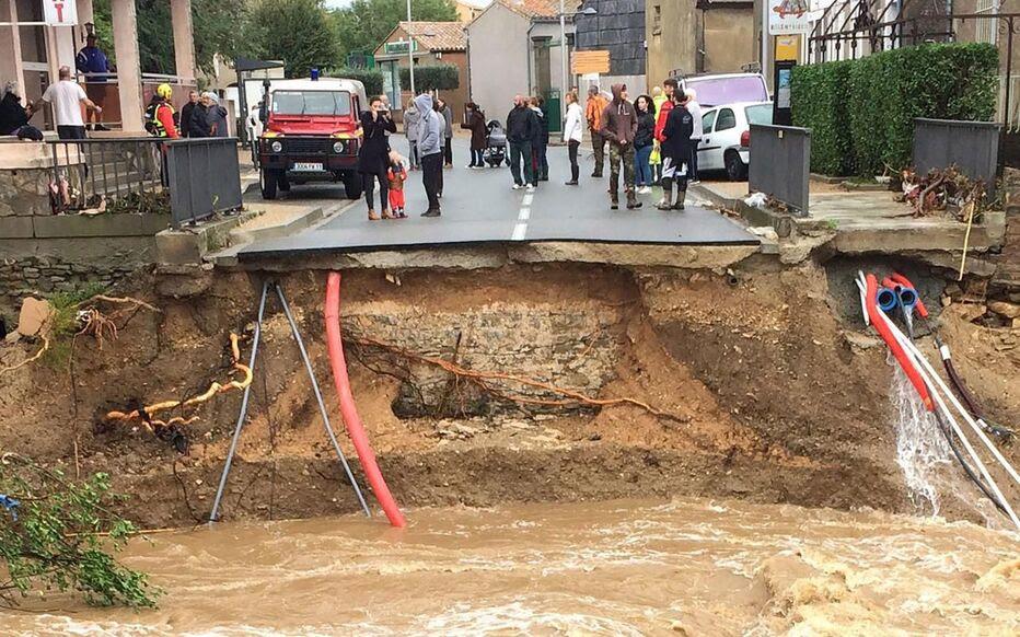 """Résultat de recherche d'images pour """"Des habitants de Trèbes à leur fenêtre lors des inondations"""""""