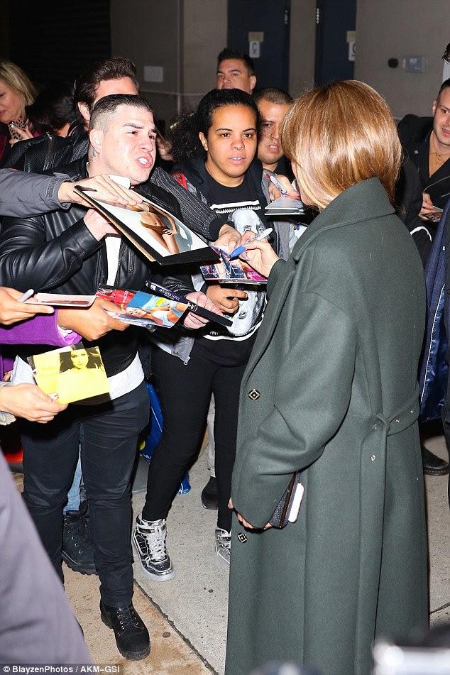 Apesar de seu dia ocupado, JLo felizmente cumprimentou os fãs esperando e parou para assinar autógrafos