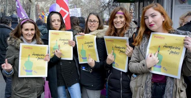 Cinco mujeres muestran ejemplares del especial del Diario Público con motivo de la huelga feminista del 8M en la madrileña plaza de Atocha. /J. GÓMEZ