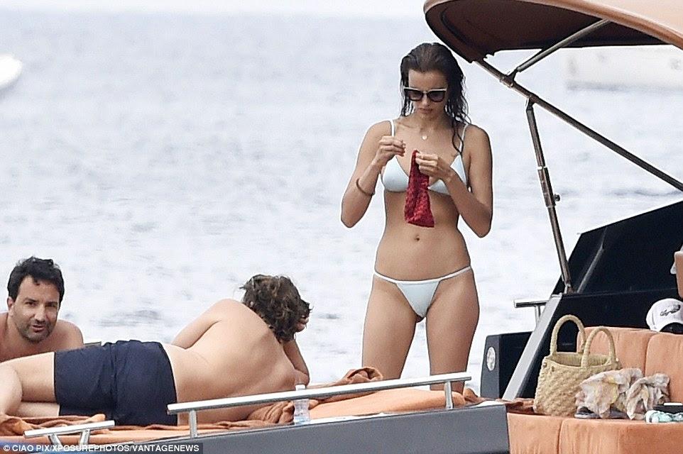 Como legal é isso?  O casal parecia estar a ter uma tarde relaxante com seus amigos a bordo