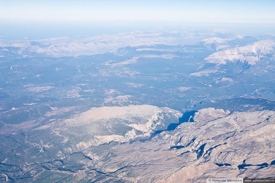 Горы Пинд и ущелье Викос на балканском полуострове, вид с самолёта