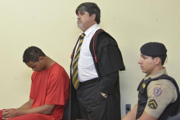 Goleiro Bruno acompanhado do advogado Lúcio Adolfo