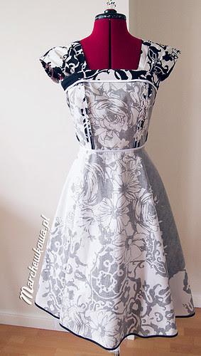 50s style dress reconstruction, szafiarka, marchewkowa, szycie, krawiectwo, lata 50, spódnica z półkola, PIEGATEX, bawełna, kwiaty, czarno-biała, halka, petticoat, Burda 3/2010, model 117