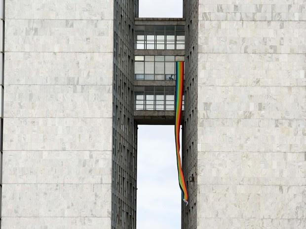 Bandeira do movimento gay pendurada em janela do prédio do Congresso Nacional (Foto: Sérgio Lima / Folhapress)