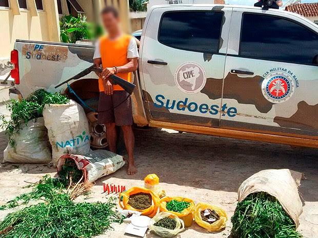 Suspeito foi levado para a delegacia da cidade de Jequié,junto com o material apreendido na Bahia (Foto: Divulgação/ CIPE Sudoeste)
