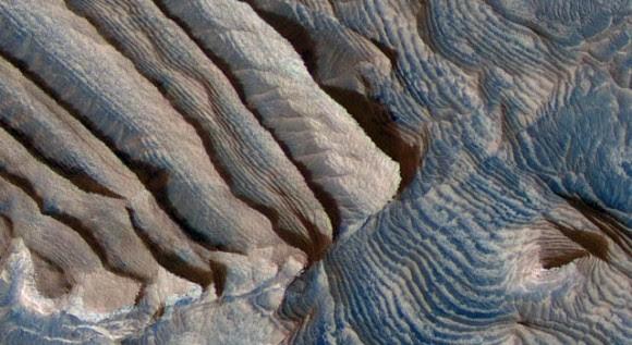 depósitos_rítmicos_en_el_cráter_Becquerel_en_Marte
