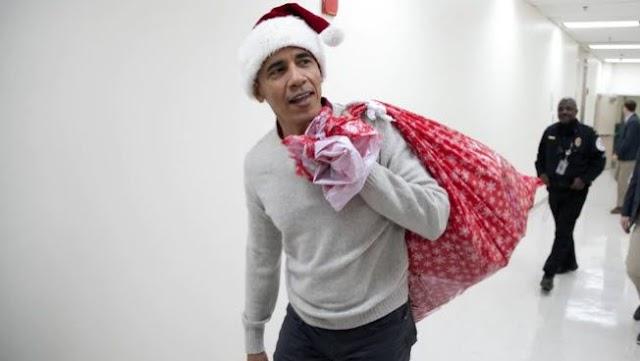 Barack Obama se vistió de Santa Claus y entregó regalos a niños enfermos en un hospital de Washington