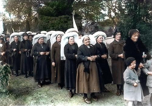 1932 - Kerkhof stoet Odafeesten (colorized) Sint Oedenrode