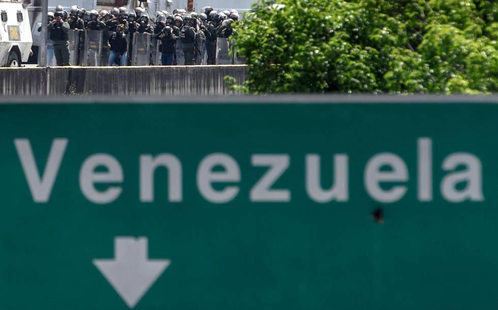 Policía antidisturbios durante una manifestación en Caracas.