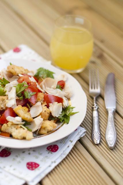 Värske salat kuumsuitsu heigiga / Fresh salad with silver hake