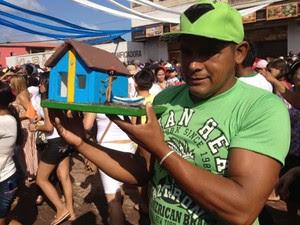 O pescador Claudionor conseguiu uma casa e uma pequena embarcação. (Foto: Karla Lima/G1)