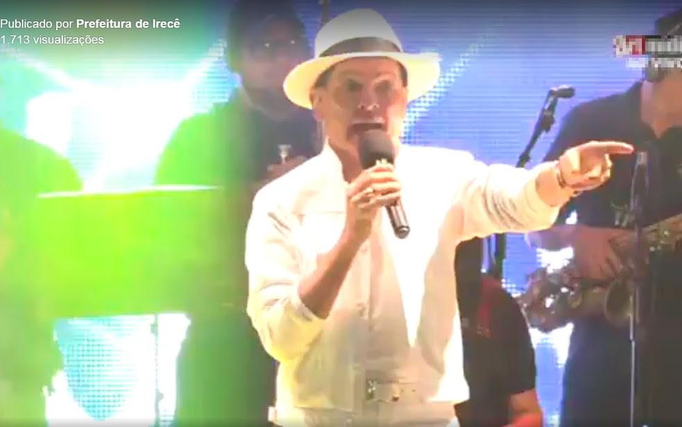 Forrozeiro Alcymar Monteiro ficou irritado após homem jogar pedras em palco na BA (Foto: Reprodução/Prefeitura de Irecê)