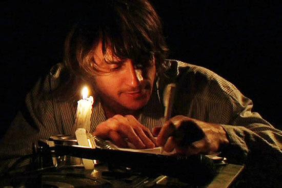 """Nicolas Trevijano (foto) em cena da peça """"Aberdeen, Um Possível Kurt Cobain"""", que estreia em 7/7 em SP"""