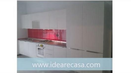 Cucine decapè bianca e piastrelle rosse