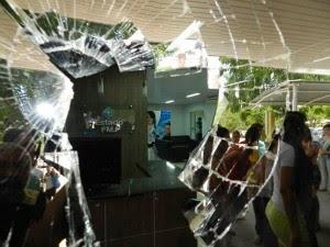 Uma vidraça foi quebrada com o arremesso de uma pedra, diz polícia (Foto: Normando Sorácles/ Ag. Miséria)