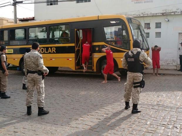 Presos são transferidos (Foto: Jornal de Espinosa)