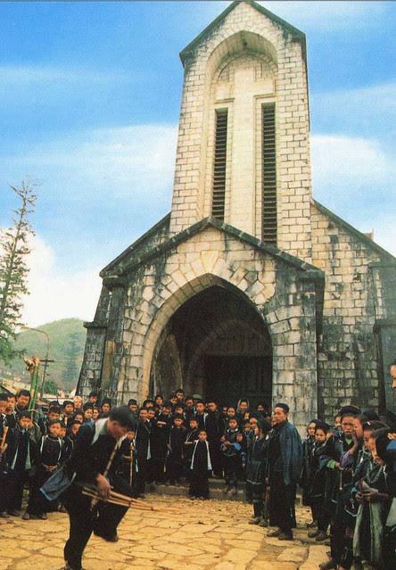 SAPA - Vietnam - Eglise et groupe folklorique