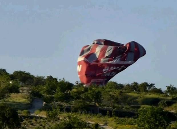 Reprodução de vídeo mostra balão que colidiu na Capadócia (Foto: AFP)