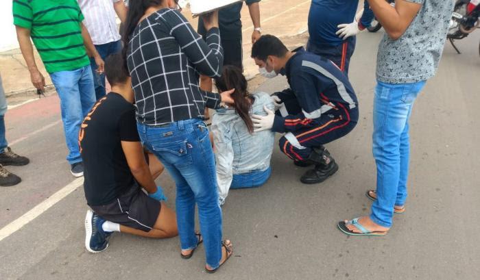 Jovem de 21 anos fica ferida ao colidir moto em viatura da polícia civil, em Arapiraca.